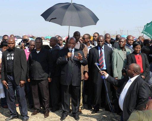 Le président sud-africian Jacob Zuma s'adresse aux mineurs de Marikana en grève, le 22 août 2012 AFP