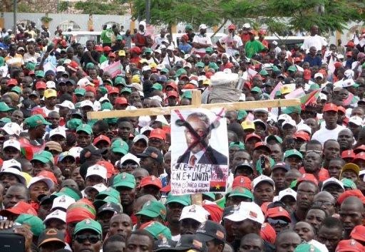 Des Angolais manifestent pour réclamer des élections libres, à Luanda le 25 août 2012 AFP Estelle Maussion