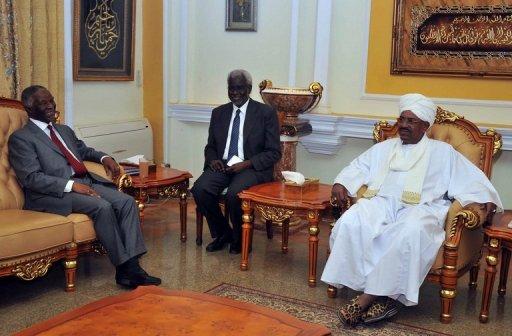 Le médiateur de l'Union africaine, Thabo Mbeki (g) rencontre le président soudanais Omar al-Bashir à Khartoum, le 22 mai 2012 AFP/Archives Ebrahim Hamid