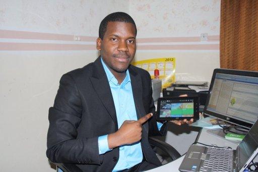 Vérone Mankou présente sa tablette tactile, en janvier 2012 à Brazzaville AFP/Archives Guy-Gervais Kitina