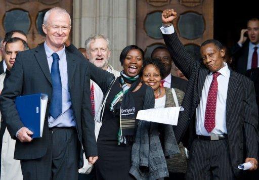 L'avocat Martyn Day (g), un des avocats des trois Kényans, à la sortie de la Haute Cour à Londres le 5 octobre 2012 AFP Leon Neal