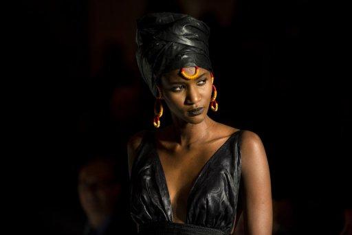 Un mannequin présente un modèle de la styliste Adama lors de la Black Fashion Week de Paris, le 5 octobre 2012 AFP Fred Dufour