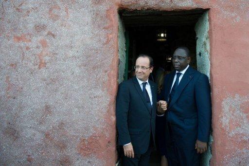 Le président du Sénégal Macky Sall (d) et le président français François Hollande, le 12 octobre 2012 dans l'île de Gorée Pool/AFP Bertrand Langlois