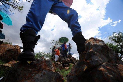 Des mineurs du groupe AngloGold Ashanti en grève, le 19 octobre 2012 à Carletonville en Afrique du Sud AFP/Archives Alexander Joe
