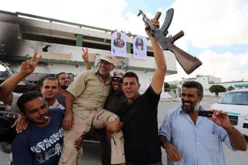 Des Libyens pro-gouvernement fêtent la prise de Bani Walid, le 24 octobre 2012 AFP Mahmud Turkia