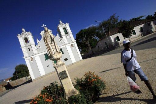 Une femme passe devant une église catholique à Benguela, en Angola, en janvier 2010 AFP/Archives Khaled Desouki