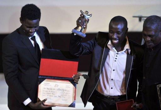 Les acteurs sénégalais Babacar Oualy (2e D) et Laity Fall (G) couronnés pour le film