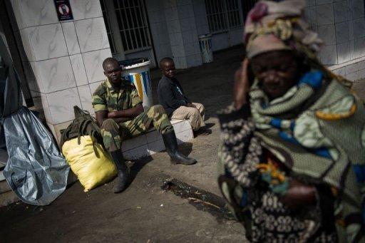 Un soldat rebelle du M23 assis dans une rue à Sake, près de Goma, le 28 novembre 2012 AFP Phil Moore