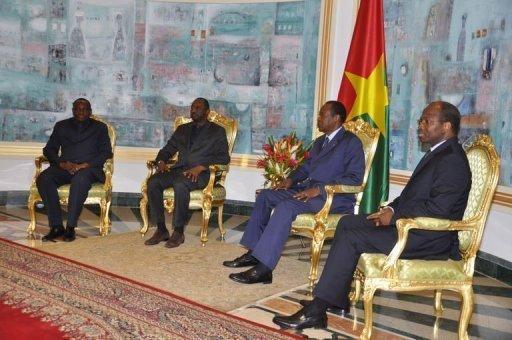 Le président burkinabè Compaoré (2e à droite) et le chef de la diplomatie malienne Tiéman Coulibaly (3e à d), le 3 décembre 2012 à Ouagadougou AFP Ahmed Ouoba