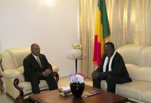 Le nouveau Premier ministre malien, Diango Cissoko (g) et le président par intérim Dioncounda Traoré au Palais présidentiel de Bamako, le 12 décembre 2012 AFP Habibou Kouyate