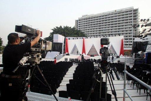 Un technicien de télévision installe des caméras avant la cérémonie des Kora Awards, le 29 décembre 2012 à Abidjan en Côte d'Ivoire AFP Herve Sevi