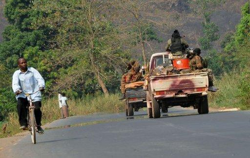Un convoi militaire passe sur une route au nord de Bangui, en Centrafrique, le 29 décembre 2012 AFP Sia Kambou