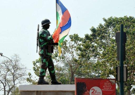 La statue d'un soldat tenant un drapeau national centrafricain, à Bangui, le 29 décembre 2012 AFP Sia Kambou