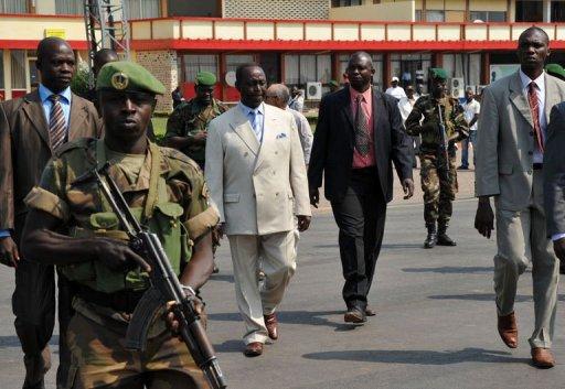 Le président centrafricain François Bozizé (3e g.), le 30 décembre 2012 à l'aéroport de Bangui AFP Sia Kambou