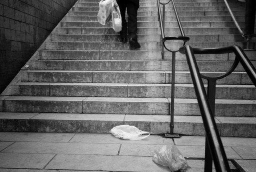 Des sacs plastiques abandonnés dans une rue AFP/Archives Jean-Philippe Ksiazek