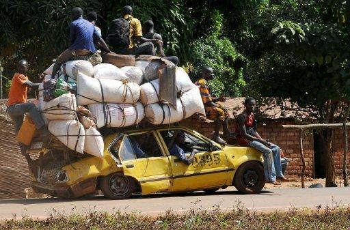 Des habitants de Damara fuient la ville le 2 janvier 2013 AFP Sia Kambou