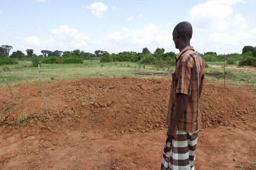 Un homme de la communauté Orma devant une fosse commune, le 22 décembre 2012 à Kipao, dans la région du delta de la rivière Tana, au sud-est du Kenya AFP/Archives Ivan Lieman