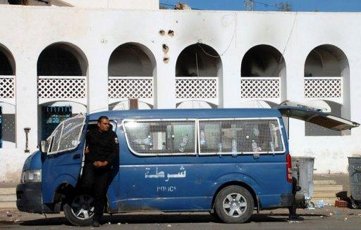 Un fourgon de police stationne devant les locaux du parti Ennahada à Ben Guerdane, le 12 janvier 2013 AFP Houcine Mbirik