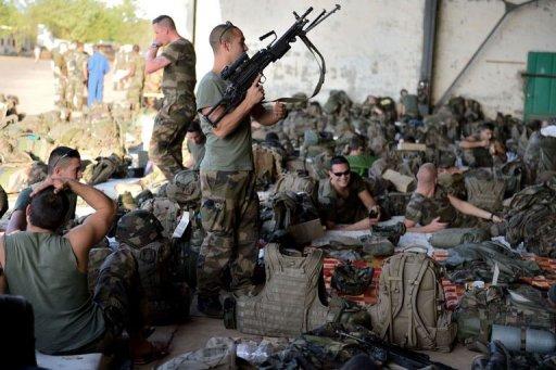 Des soldats français du 2e Régiment d'infanterie de marine sur la base aérienne militaire 101, près de Bamako, le 14 janvier 2013 AFP Eric Feferberg