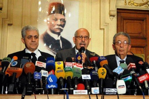 Le leader de l'opposition Mohamed ElBaradei (C), le 28 janvier 2013 au Caire AFP
