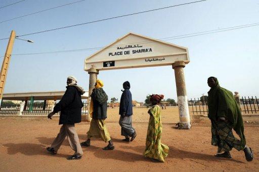 Des Maliens passent devant la