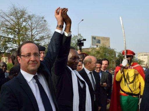 Le président français François Hollande et son homologue malien Dioncounda Traoré, après un discours à Bamako, le 2 février 2013 AFP Eric Feferberg