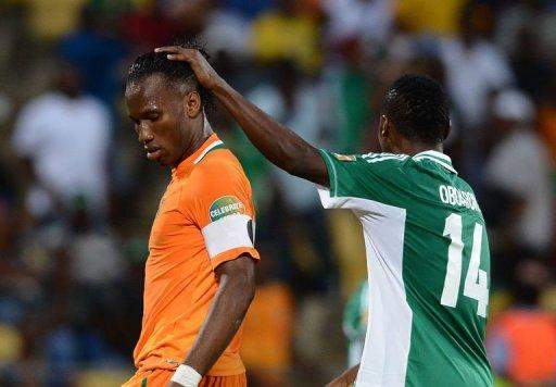 L'attaquant ivoirien Didier Drogba réconforté par le défenseur nigérian Godfrey Oboabona, en quart de finale de la CAN, le 3 février 2013 à Rustenburg. AFP Francisco Leong
