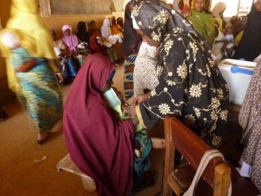 Une femme vaccine un enfant contre la polio dans le cadre d'une campagne officille dans la région de Kano, au nord du Nigeria, le 13 février 2013 AFP Ben Simon