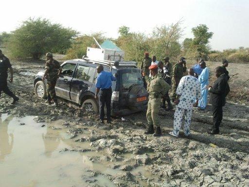 Des policiers et soldats camerounais autour du 4x4 des touristes français enlevés le 19 février 2013 au Cameroun, près de la frontière avec le Nigeria AFP -