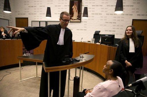 La Néerlandaise d'origine rwandaise Yvonne Basebya s'entretient avec son avocat Victor Koppe, avant son procès le 1er mars 2013 à La Haye ANP/AFP Jerry Lampen