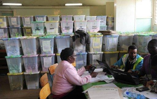 Des membres de la Commission électorale (IEBC) lors du décompte des voix le 6 mars 2013 à Nairobi AFP Simon Maina