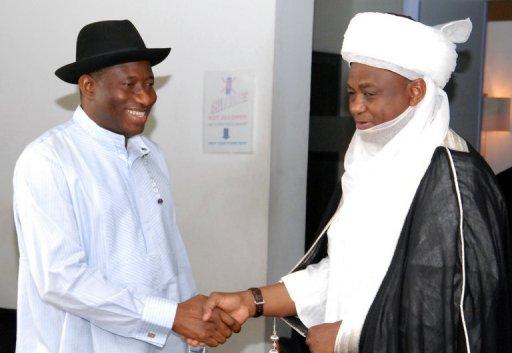 Le sultan de Sokoto, Muhammad Sa'ad Abubakar (d) et le président du Nigeria Goodluck Jonathan, le 27 décembre 2011 AFP/Archives Wole Emmanuel