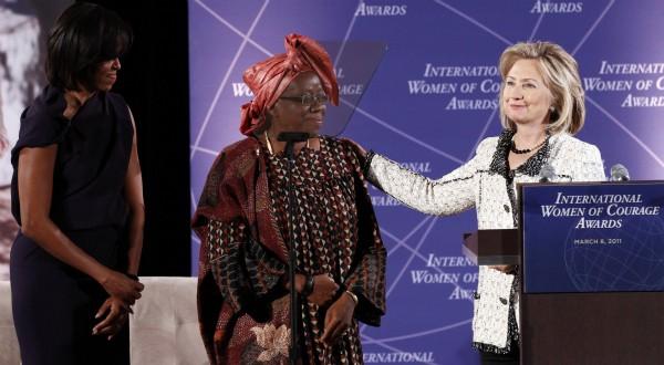 Henriette Ekwè avec Michelle Obama et Hillary Clinton lors de la remise du prix à Washington le 8 mars. REUTERS/Kevin Lamarque