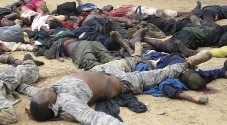 crédit: reuters/ STA news. Des Nigérians morts, portés par jusqu'à un poste de police dans le Nord Est de Bauchi. 26 Juillet 2