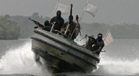 Rebelles du Delta du Niger en patrouille, décembre 2007. REUTERS/George Esiri