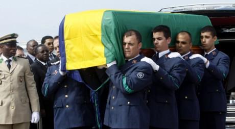 Des soldats espagnols portent le cercueuil d'Omar Bongo avant son rapatriement au Gabon, le 11 juin 2009. Reuters/Albert Gea
