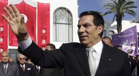 Le président Zine el-Abidine Ben Ali salue ses supporters après avoir prêté serment le 12 novembre 2009. REUTERS/Zoubeir Souissi
