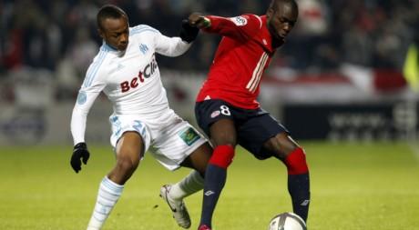 Moussa Sow (Lille) et André Ayew (OM) se disputent le ballon, le 24 octobre 2010. REUTERS/Pascal Rossignol