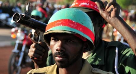 Un membre des Popular Defence Forces (PDF) lors d'un défilé militaire, à Khartoum, le 22 janvier 2011. REUTERS/Stringer