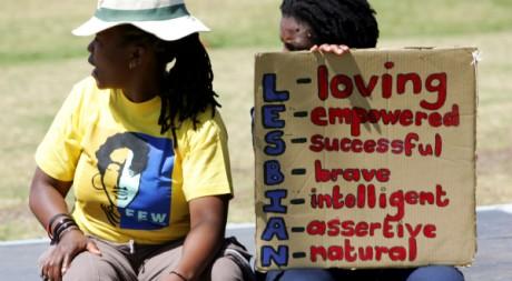 Un couple de lesbiennes fait une pause pendant la «Soweto Pride», en Afrique du Sud, le 23 septembre 2006. REUTERS/Siphiwe Sibek
