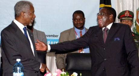 Kofi Annan et Robert Mugabe au Sommet de Dar es Salam, en Tanzanie, le 20 novembre 2004. REUTERS/ Emmanuel Kwitema