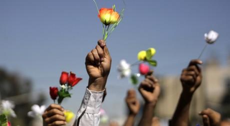 Des manifestants antigouvernement brandissent des roses à Sanaa, en Tunisie, le 26 janvier 2011. REUTERS/Khaled Abdullah
