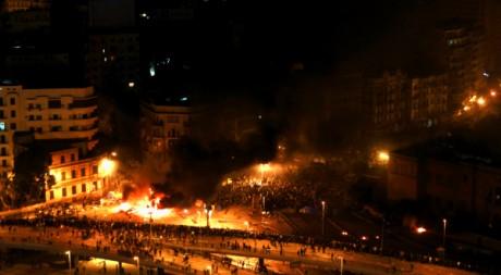 Affrontements entre pro- et anti-Moubarak près du square Tahrir, au Caire, le 3 février 2011. REUTERS/Yannis Behrakis