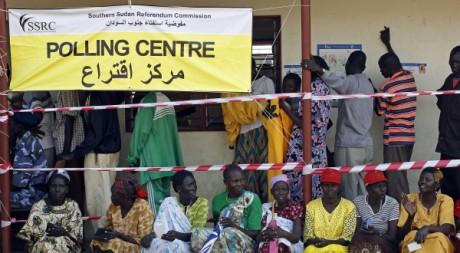 Des électeurs sud-soudanais attendent pour voter à Juba, le 9 janvier 2011.