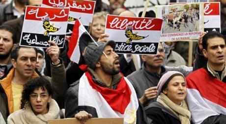 Des manifestants devant l'ambasse égyptienne, à Paris, le 5 février 2011. REUTERS/Charles Platiau