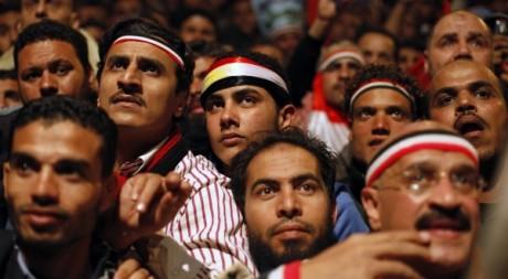 Des manifestants attendent sur la place Tahrir auu Caire que le Président Hosni Mubarak s'adresse à la nation, le 10 février 201