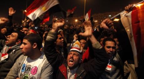 Des Egyptiens réagissent au discours d'Hosni Moubarak, place Tahrir, au Caire, le 10 février 2011. REUTERS/Suhaib Salem