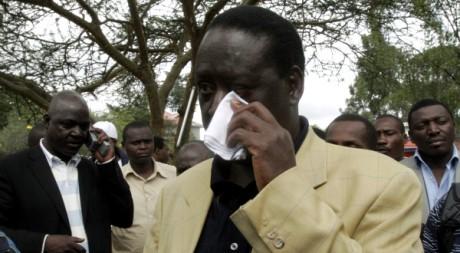 Odinga, le candidat kényan défait, s'essuie les yeux, à Nairobi, Kenya, le 31 décembre 2007. REUTERS/Thomas Mukoya