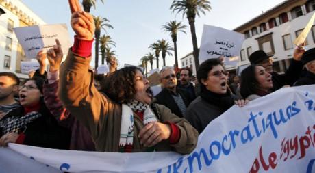 Des Marocains manifestent à Rabat pour exprimer leur soutien aux Egyptiens, le 8 février 2011. REUTERS/Youssef Boudlal