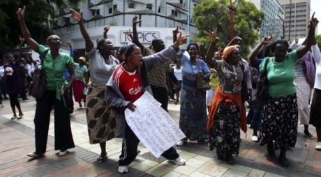 Des membres du groupe de pression Women arise in Zimbabwe manifestent devant le Parlement, à Harare. REUTERS/Philimon Bulawayo